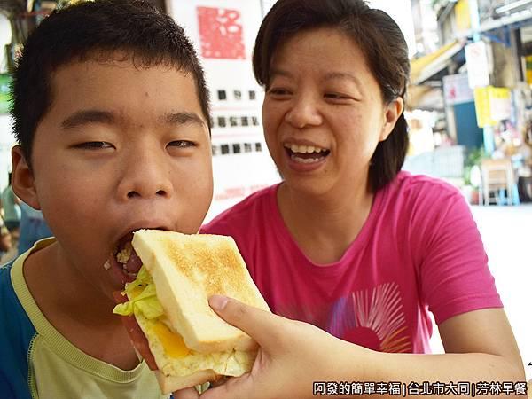 芳林早餐10-無法一口咬的厚度.JPG