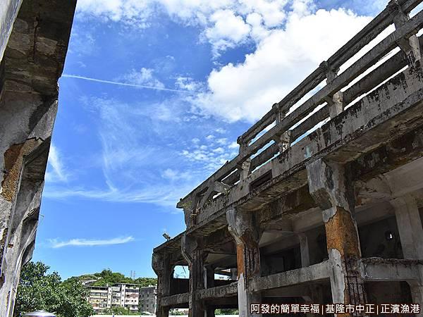 正濱漁港10-遺址內的藍天白雲景色.JPG