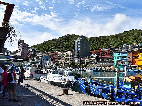 正濱漁港16-景觀台旁有階梯可下達碼頭.JPG