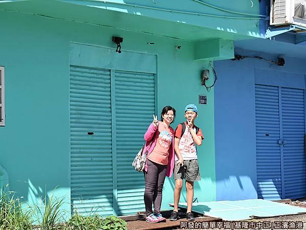 正濱漁港22-青藍色的牆面.JPG