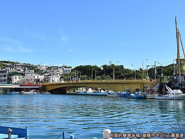 正濱漁港28-和平橋另一頭就是和平島.JPG