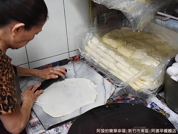 阿婆早餐麵店07-手工蛋餅麵團每天現做.JPG