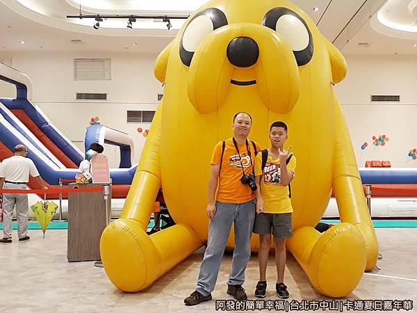 卡通夏日嘉年華15-3公尺高的大型老皮氣墊公仔留影.jpg