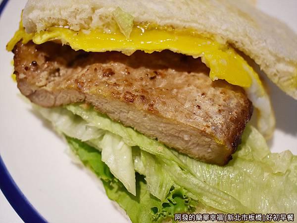好初早餐26-一拳排骨三明治特寫.JPG