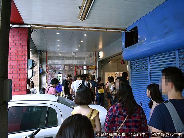 双生綠豆沙牛奶04-騎樓也是滿滿的人.JPG