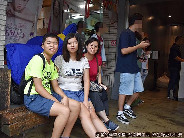 双生綠豆沙牛奶09-一旁的木椅.JPG