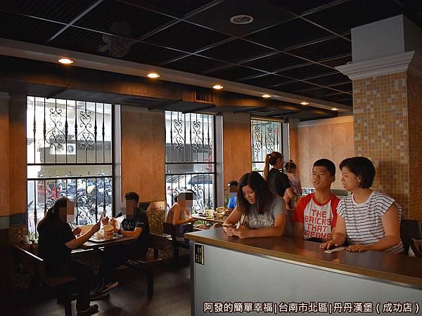 丹丹漢堡06-用餐區.JPG