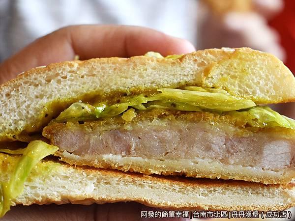 丹丹漢堡10-咖哩豬排堡剖面.JPG