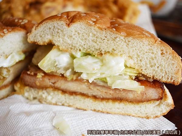 丹丹漢堡23-烤醬雞堡剖面.JPG