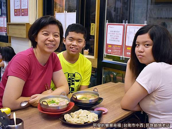 民族鍋燒老店09-美食上桌.JPG