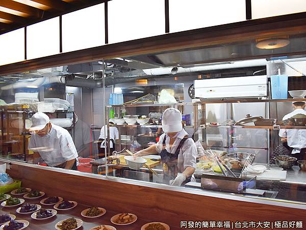 極品好麵05-由透明玻璃隔著的半開放式廚房.JPG
