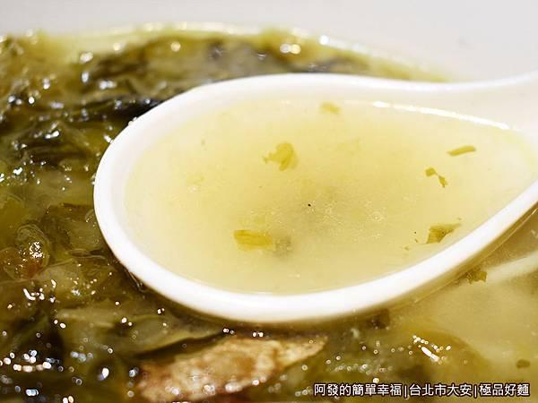 極品好麵26-黃魚煨麵-湯頭.JPG