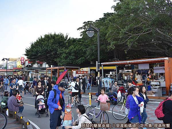 八里渡船碼頭小吃市集04-老榕樹碉堡旁的小吃市集.JPG