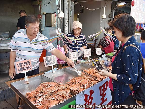 八里渡船碼頭小吃市集09-選購.JPG
