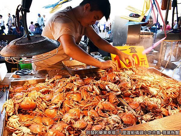 八里渡船碼頭小吃市集21-老闆依客人喜好挑選.JPG