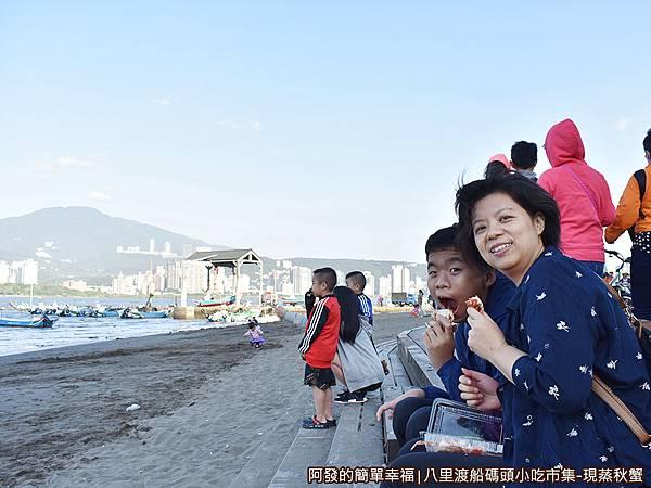 八里渡船碼頭小吃市集28-淡水河出海口吃現蒸螃蟹.JPG