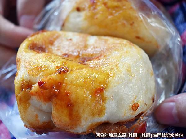 南門林記水煎包12-沾醬的水煎包.JPG
