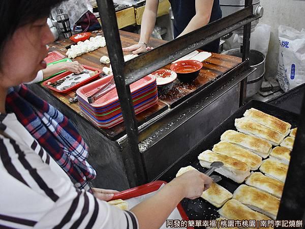 李燒餅08-熱騰騰的燒餅出爐.jpg