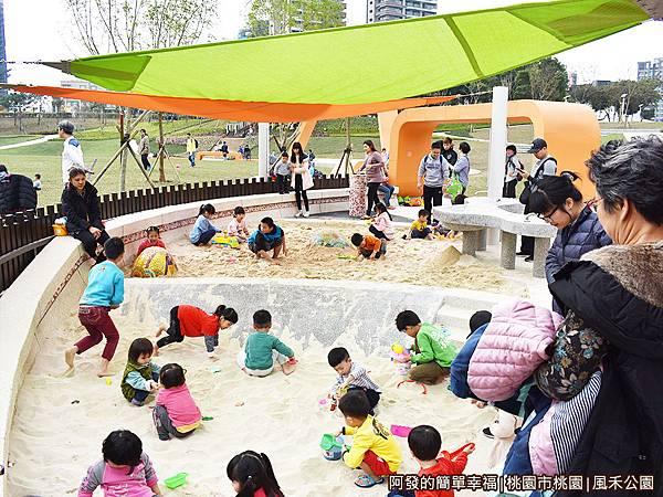 鳳禾公園07-玩沙池.JPG