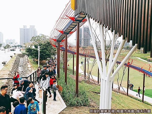 鳳禾公園14-感覺像小型雲霄飛車的軌道.jpg