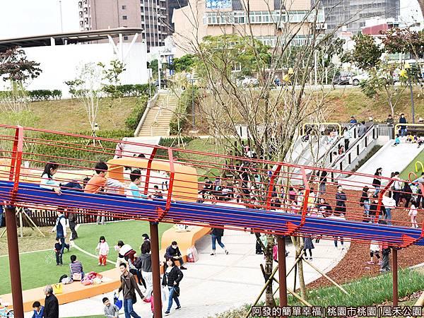 鳳禾公園18-很多小朋友前後連著一起溜.JPG