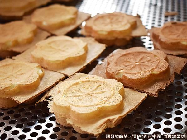 文化街-風城雞蛋糕-出爐的雞蛋糕.JPG