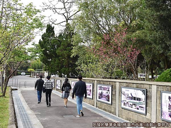 法鼓山齋明寺01停車場旁齋明寺外圍牆.JPG