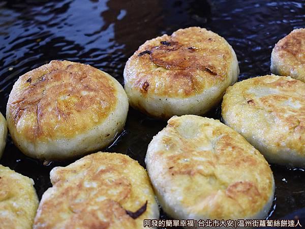 温州街蘿蔔絲餅達人09-煎鍋中的餅.JPG
