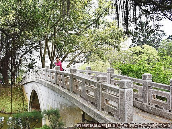 中央大學木棉花道19-跨湖小石橋.JPG