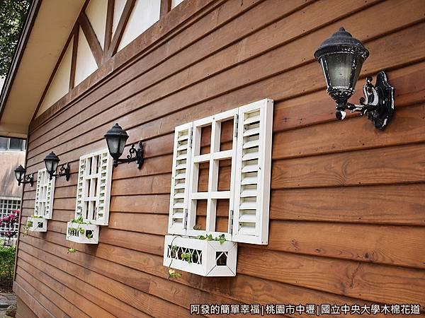 中央大學木棉花道24-小木屋鬆餅外牆.JPG