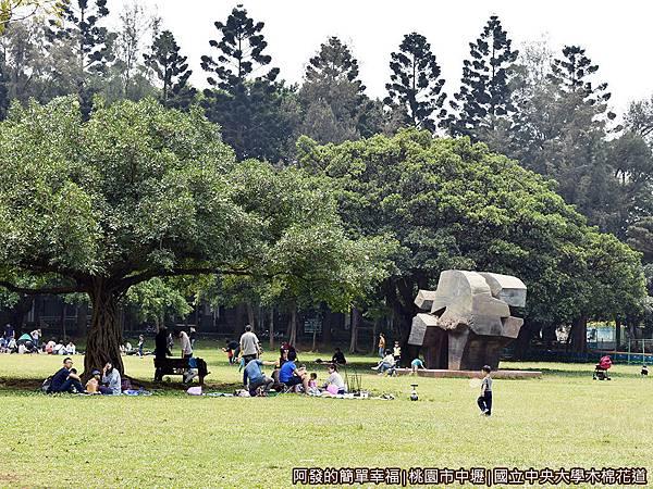 中央大學木棉花道26-大草皮上野餐的親子們.JPG