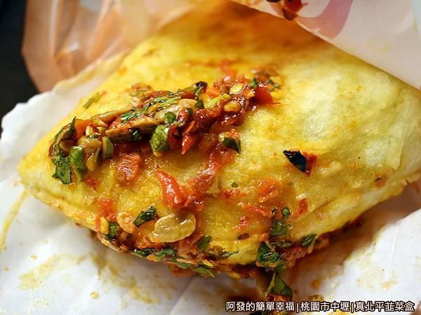 中原夜市十一家高人氣小吃美食懶人包-真北平韮菜盒-淋上辣醬.JPG