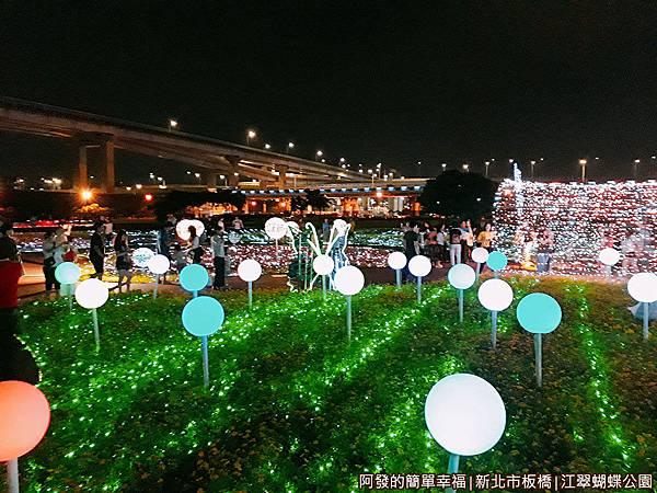 江翠蝴蝶公園15-光雕綠毯上的繽紛彩球.jpg