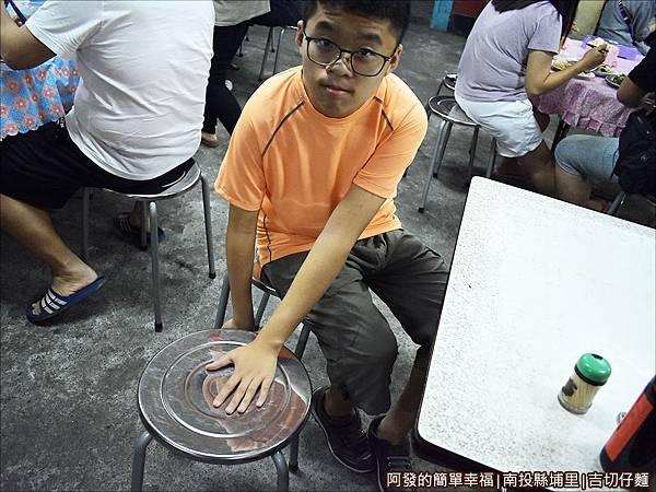 吉切仔麵03-看出圓板凳有何不同嗎.JPG