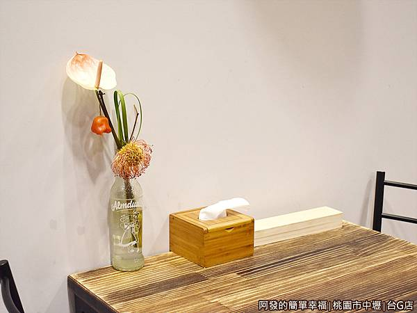 台G店05-牆邊桌上擺飾.JPG