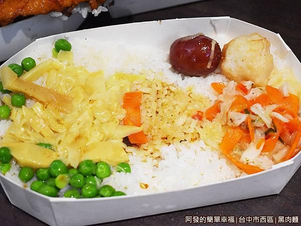 黑肉麵09-便當菜色.JPG