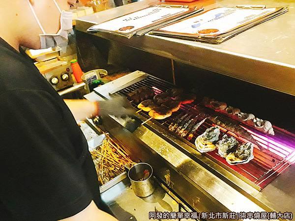 柒串燒屋(輔大店)05-忙碌的店家.jpg