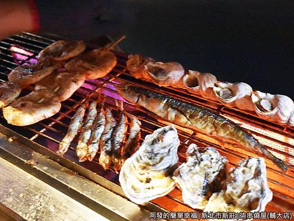 柒串燒屋(輔大店)06-火爐上的燒烤食材.JPG