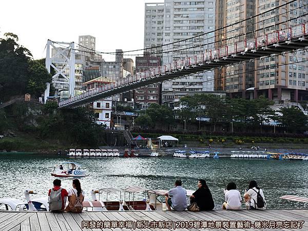 2019碧潭地景裝置藝術09-碧潭橋下悠閒的人們.JPG