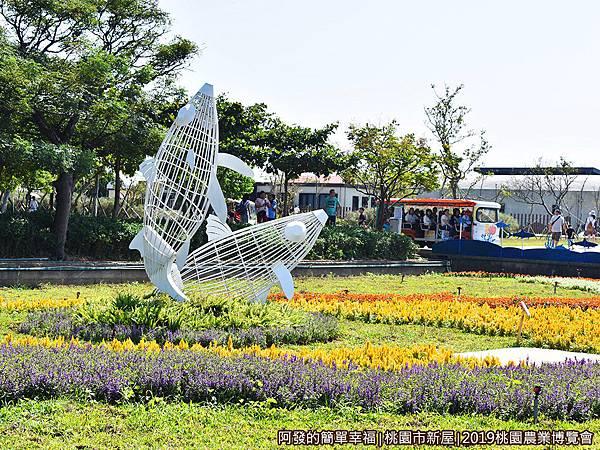 11-魚の新世界02-花圃上的雙魚裝置藝術.JPG