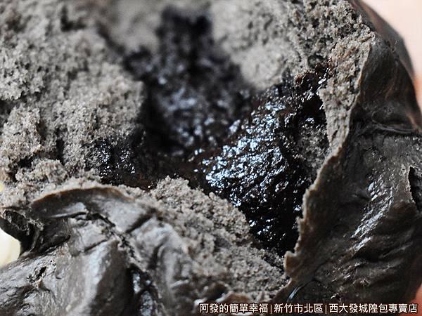 西大發21-熔岩巧克力包剝開.JPG
