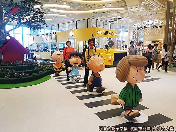 台灣棒球名人堂42-3樓-花生漫畫小鎮-過馬路上學去.jpg