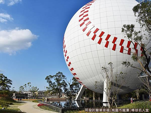 台灣棒球名人堂05-高32公尺的巨型棒球體建築側寫.JPG