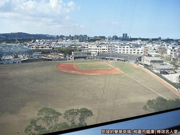 台灣棒球名人堂19-飯店一旁為龍潭棒球場.JPG