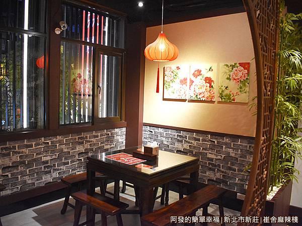 崔舍麻辣棧10-2樓用餐區靠窗區.JPG