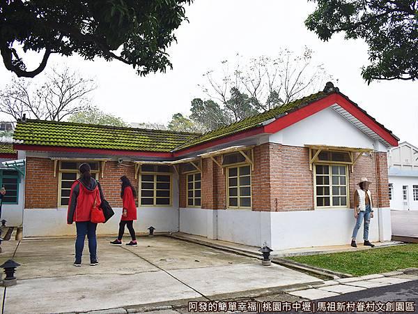 馬祖新村24-遊客們紛紛找尋最美的角落.JPG