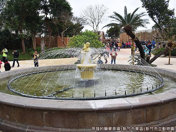 新竹市立動物園12-噴水池.JPG