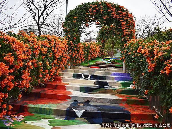 永吉公園15-炮仗花拱門階梯由下而上視角.JPG