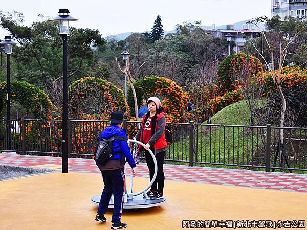 永吉公園22-兒童遊戲場-玩起來的母子倆.JPG