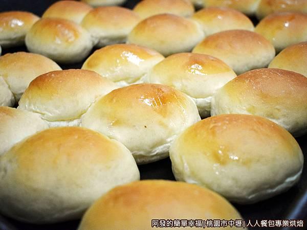 人人餐包07-放涼中的奶油小餐包.JPG